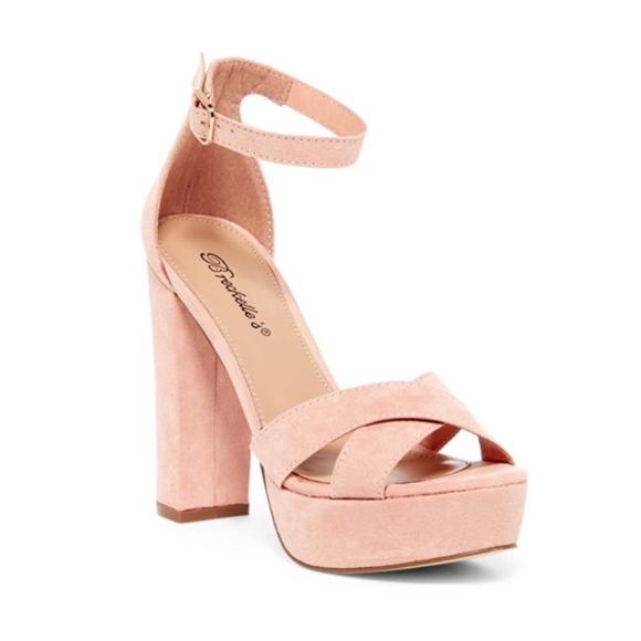 2cfbb3b5adf NIB Breckelle s Bella platform sandal size 9M